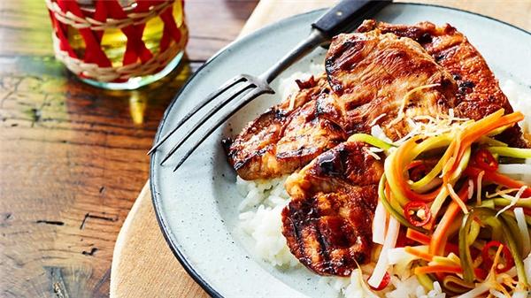Bai Sach Chrouk vô cùng hấp dẫnvới những lát thịt heoxắt lát mỏng, ướp đẫm nước cốt dừa hoặc tỏi và nướng trên than hồng. (Ảnh: Internet)