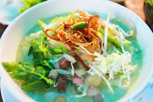 Nom Banh Chok - món mì nổi tiếng và có thể dễ dàngbắt gặptạicác gánh hàng ven đường ở Campuchia. (Ảnh: Internet)