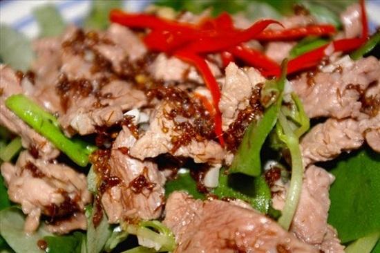 Không nên bỏ qua món thịt bò xào kiến khi đến Campuchia nhé! (Ảnh: Internet)