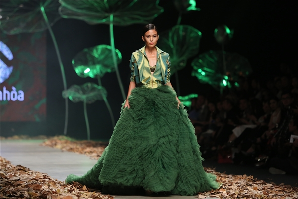 Thanh lịch, nữ tính vẫn là nét đặc trưng khá hòa lẫn vào đâu của Lê Thanh Hòa.