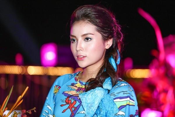 Tiếp sau đó, chiếc cằm của Hoa hậu Việt Nam 2014 đã bị phát hiện có những thay đổi nhất định khi ngày càng có dáng V-line đang khá được ưa chuộng.