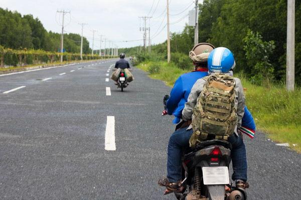 Từ quận 7, bạn hướng theo đường Huỳnh Tấn Phát chạy thẳng đến cuối đường là gặp phà Bình Khánh. (Ảnh: Internet)