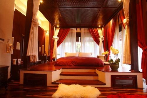 Giường ngủ diện tích rộng với nhiều rèm cửa xung quanh. - Tin sao Viet - Tin tuc sao Viet - Scandal sao Viet - Tin tuc cua Sao - Tin cua Sao