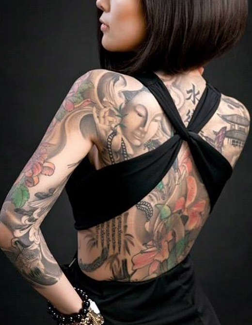 Nguyễn Vy Thúy là cô gái hông còn xa lạ gì với giới trẻ Sài thành khi sở hữu đặc điểm nhận dạng không thể lẫn vào đâu được, đó chính là hình xăm Phật cùng một số họa tiết bắt mắt phủ kín tấm lưng trần.