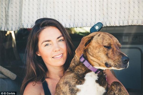 Nếu chú chó của bạn cụp mắt, hoặc quay mặt đi chỗ khác, chứng tỏ nó đang không thích được bạn ôm ấp, nựng nịu. (Ảnh: Internet)