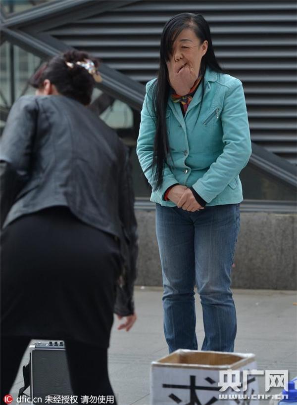 Tuy nhiên vì gia cảnh khó khăn, không đủ tiền chữa trị nên cô Lưu phải ra phố xin tiền người qua kẻ lại.