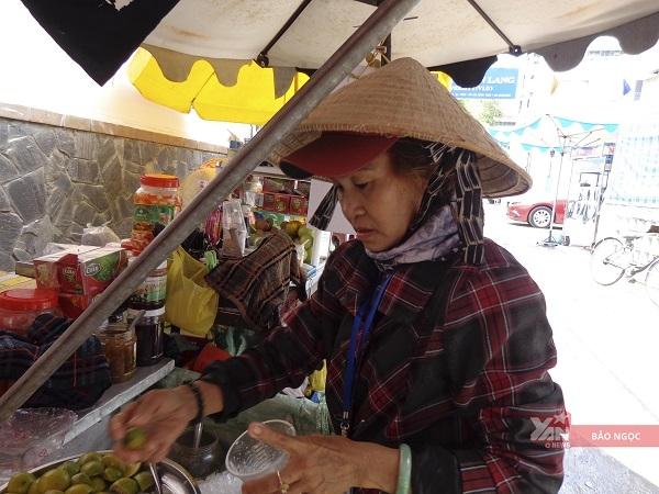 Dù chỉbuôn bán nước bên đường,nhưng cô Tư trở thành đối tượngđể sinh viên trao dồi tiếng Anh.