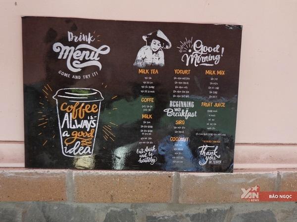 Bảng quảng cáo được các bạn sinh viên thiết kế riêng dành tặng cô Tư.