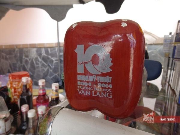 Lễ kỉ niệm 10 năm khoa Mỹ Thuật,côTư đượctặng món quà kỉ niệm. Ngày nào dọn hàng côTư cũng đều đặt lên đầu tủ nâng niu.