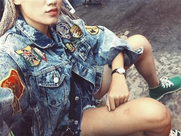 Stylist Pông Chuẩnchất không kém với chiếc áo do chính cô tự tay thiết kế. (Ảnh: Internet)