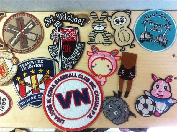 Được bán với giá từ 10 - 50k , những sticker này có nhiều kiểu dáng và hình dạng khác nhau. Từ dễ thương, ngỗ nghĩnh, col ngầu chó đến cả những logo của những FC bóng đá. (Ảnh: Internet)