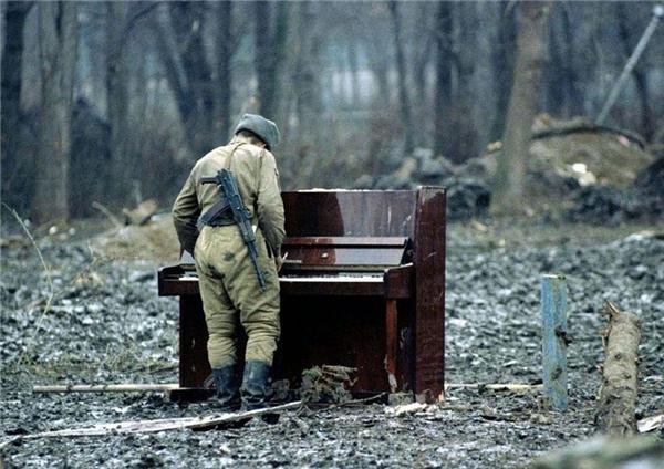 Một người lính Nga say sưa chơi đàn tại một đống đổ nát ở Chechnya năm 1994.