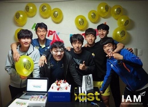 Xuân Trường hạnh phúc bên các đồng đội trong ngày sinh nhật.