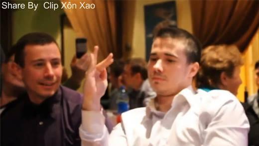Khiếm thính, nhưng anh chàng này đã dùng đôi tay để nói lên tất cả
