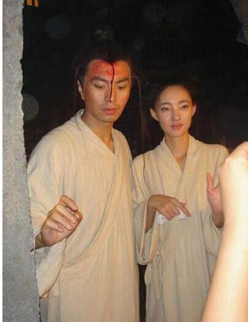 Vương Lệ Khôn bên cạnh nam diễn viên đóng thế cho mình. Nhiều người đã phải giật mình khi nhìn thấy anh chàng cascadeur cao to của cô.