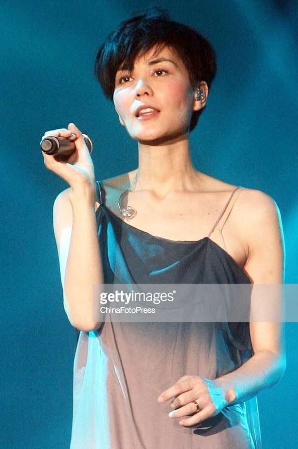 Vương Phi được xưng tụng Thiên hậu làng nhạc. Nhưng nhiều năm qua, cô thường chỉ đứng yên khi biểu diễn, không có sự mới mẻ. Ảnh: XBK.