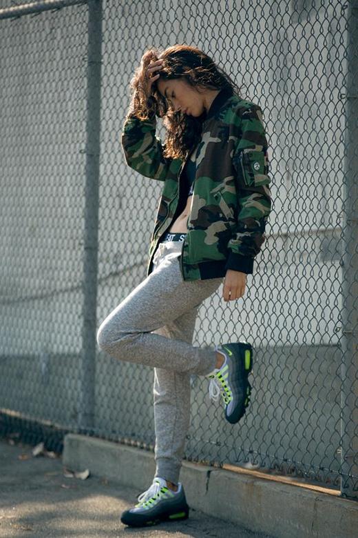 Nike Air Max 95 OG khi kết hợpvới trang phục tạo phong cách bụi bặm, trẻ trung. (Ảnh: Internet)