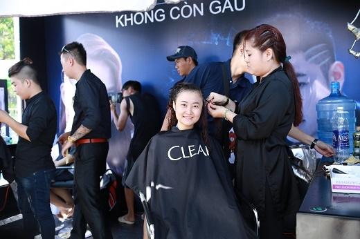 Các chuyên gia tạo mẫu tóc tại quầy hair cut của lễ hội làm việc không ngơi tay. Nơi đây cho ra lò hai kiểu tóc cool nhất Hè này là tóc bím rockymaid và tóc cạo ba đường undercut.