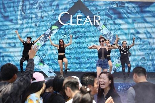 """Tóc Tiên """"bốc lửa"""" biểu diễn trước một rừng khán giả   Thanh Duy Idol cũng góp mặt trong sự kiện"""