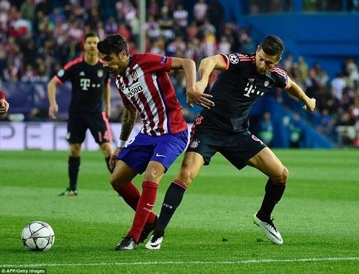 Robert Lewandowski (phải) tắt tiếng trước hàng thủ Atletico.