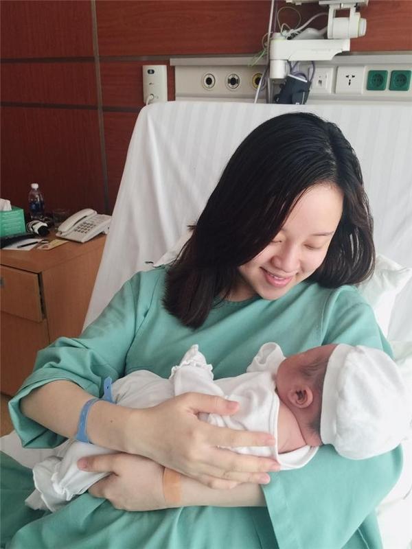 Bé Khoai Tây được hạ sinh bằng phương pháp mổ vào ngày 25/3/2016. Hình ảnh làm mẹ đơn thân củaLy Kutenhận được nhiều sự đồng cảm từ mọi người. - Tin sao Viet - Tin tuc sao Viet - Scandal sao Viet - Tin tuc cua Sao - Tin cua Sao