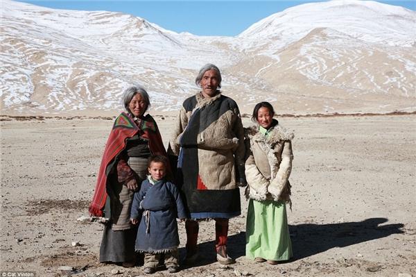 Gia đình ông Gaysto đã chào đón Vinton. Con gái của Gaysto, Sonam, đứng bên phải, con trai tên Karrma đứng phía trước và vợ ông là bà Yangyen đứng bên trái.