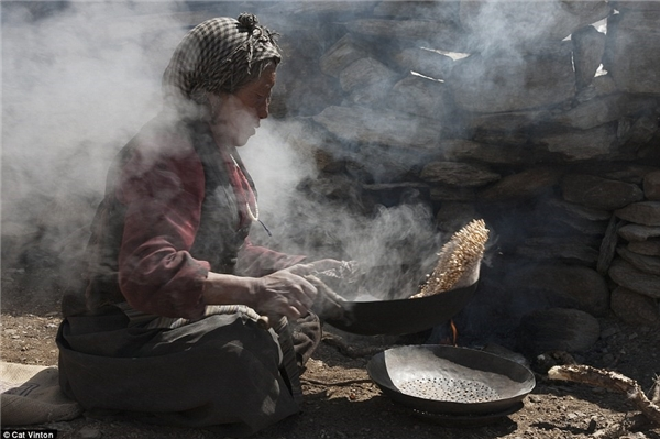 Bà Yangyen đang làm tsampa - một loại bột của Tây Tạng - từ đại mạch rang.