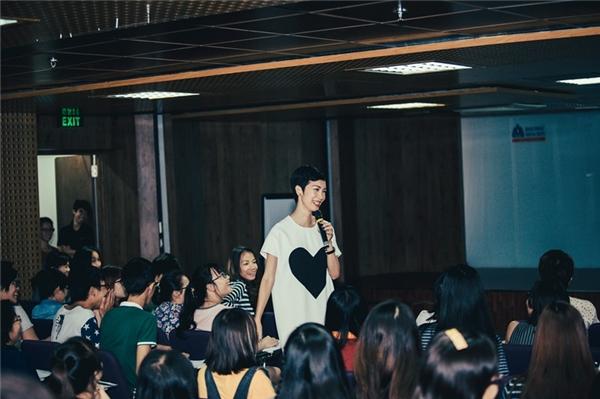 Xuân Lan xuất hiện trong sự chào đón nồng nhiệt từ các bạn sinh viên. - Tin sao Viet - Tin tuc sao Viet - Scandal sao Viet - Tin tuc cua Sao - Tin cua Sao
