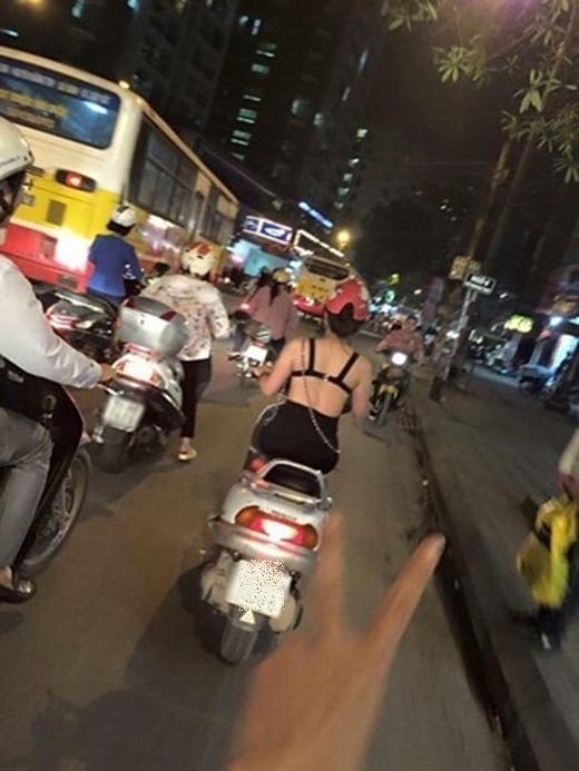 Dân mạng đã liên tục chụp được hình ảnh của cô gái này ngoài đường khi trên người diện chiếc áo giống như áo lót và chạy xe máy ngoài đường khắp các cung đường Nguyễn Chí Thanh, hầm Kim Liên, Đê La Thành trong những ngày cuối tháng 3 vừa qua. (Ảnh: Internet)