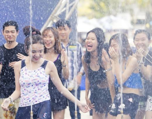 """Đám đông cuồng nhiệt với những giai điệu sôi động. Rất nhiều các bạn trẻ Sài Gòn thực sự đã có những màn """"giải nhiệt"""" cực """"đã"""" với lễ hội lặn biển và trượt nước Clear City Driving.(Ảnh: Internet) - Tin sao Viet - Tin tuc sao Viet - Scandal sao Viet - Tin tuc cua Sao - Tin cua Sao"""