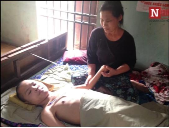 Suốt bao năm qua anh phải sống cuộc đời gắn liền với chiếc giường cùng sự chăm sóc, hỗ trợ của gia đình. (Ảnh: Cắt clip)