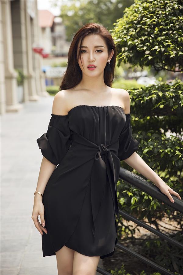 Sắc đen trầm mặc vẫn chưa bao giờ hết thu hút. Huyền My vừa năng động nhưng lại vừa điệu đà trong thiết kế có thể mặc theo 2 cách khác nhau.