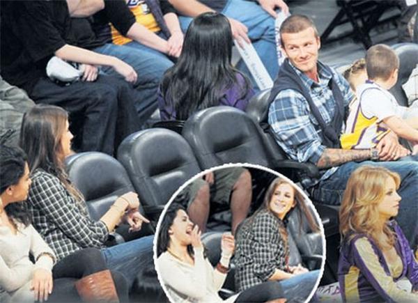 Phạm vi càn quét của đôi mắt ấy cũng rất đáng sợ, từ sân bóng có thể tia lên hàng ghế khán giả bất cứ lúc nào.