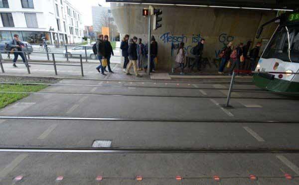 Lắp đèn giao thông dưới lòng đường dành cho dân