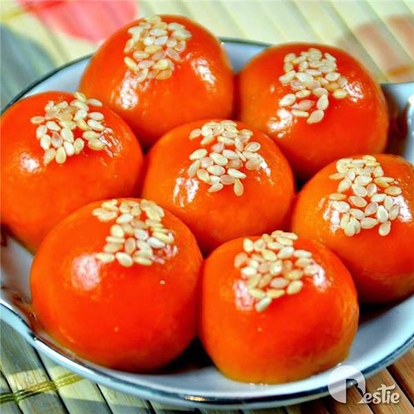 Bánh gấc nhân đậu có màu sắc tươi tắn, hương vị thơm ngon, lại còn rất tốt cho sức khỏe. (Ảnh: Internet)
