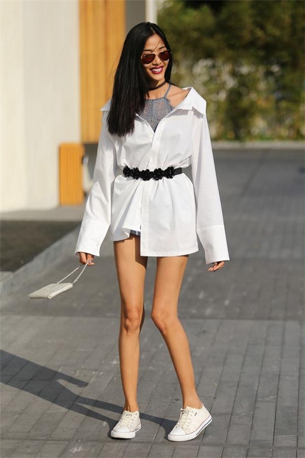 Nếu sở hữu một chiếc áo sơ mi trắng oversized thì còn chần chừ gì mà không thử nghiệm cách phối trang phục vừa cá tính, vừa gợi cảm của Hoàng Thùy với váy ren cổ yếm bên trong.