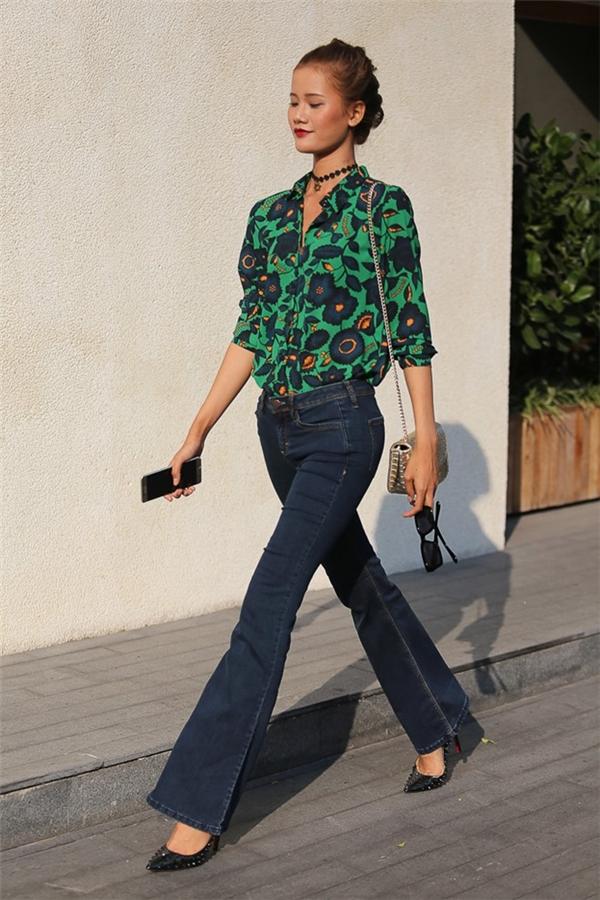 Sơ mi họa tiết hoa phối cùng quần jeans ống loe cổ điển - vẻ đẹp đến từ sự thanh lịch, ngọt ngào. Hai món trang phục này không hề khó tìm trong tủ quần áo đâu nhé các cô gái!