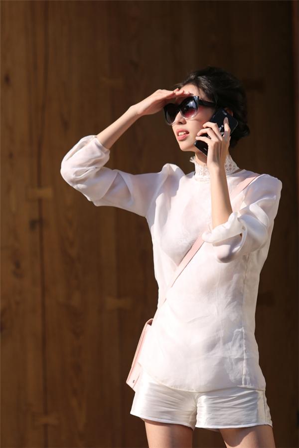 Sắc trắng tinh khôi cùng chất liệu mỏng tang mang đến vẻ ngoài thanh thoát, nhẹ nhàng cho phái đẹp. Với những cô nàng sở hữu thân hình cò hương thì kiểu trang phục này trông sẽ càng thu hút hơn.