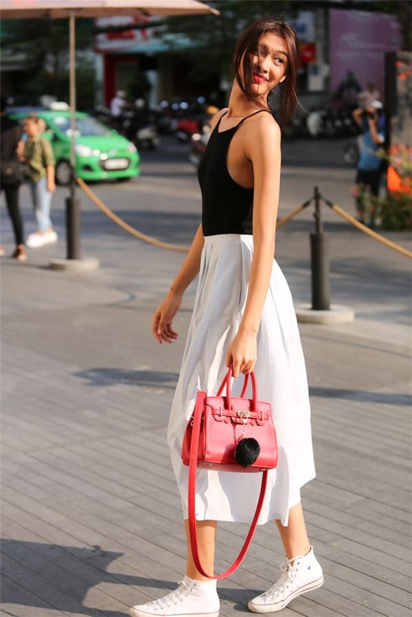 Áo hai dây phối cùng chân váy xòe, công thức kinh điển nhất cho phái đẹp. Ngoài hai tông màu đen trắng, những sắc màu xu hướng như: xanh lơ, hồng thạch anh, color block sẽ là những gợi ý tuyệt vời.
