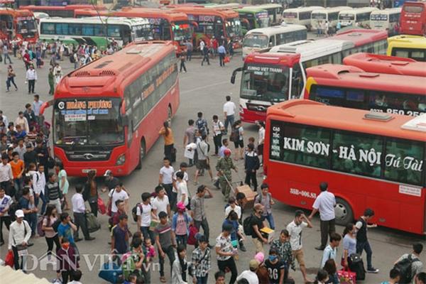 Rất đông người lao động có mặt tại bến xe Mỹ Đình để di chuyển về quê.