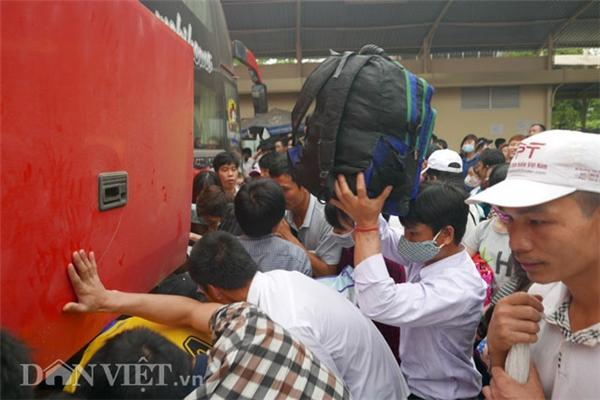 Dù mai mới là ngày nghỉ lễ chính thức nhưng ngay từ đầu giờ chiều đông đảo người dân đã ra bến về quê hoặc đi du lịch.