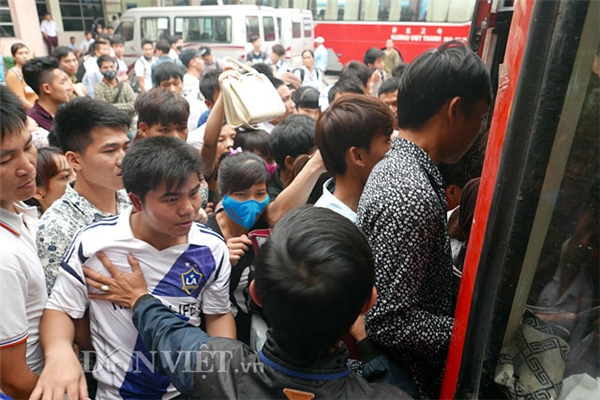Nhiều bạn học sinh, sinh viên được nghỉ sớm tranh thủ về sớm, chính vì vậy lượng khách tại bến xe trở nên tăng đột biến. Trong ảnh: Cảnh chen lấn, xô đẩy để lên một chiếc xe khách.