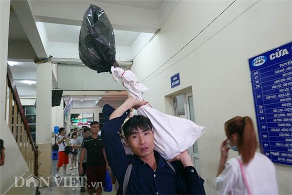 Do ngày nghỉ lễ đến 4 ngày, thanh niên này còn mang quạt về quê để tiện sinh hoạt.