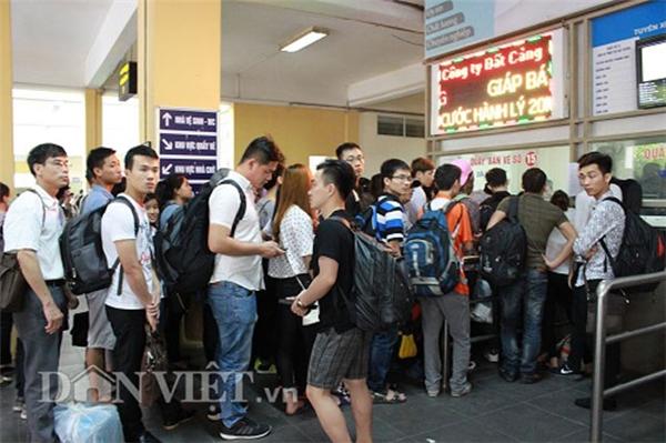 Tại bến xe Giáp Bát, nhiều bạn trẻ xếp hàng để mua vé đi du lịch hoặc về quê.