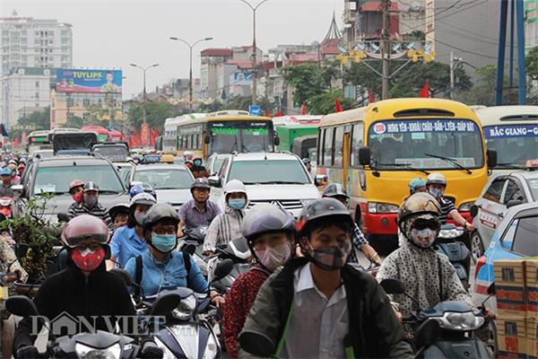 Cảnh ùn tắc tạigầm cầu Thanh Trì đoạn bến xe Nước Ngầm.