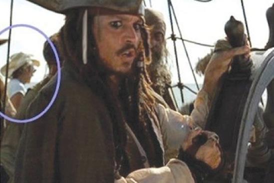 Bạn có thể thấy sau lưng thuyền trưởng là một người đàn ông vận đồ cao bồi. Cao bồi với thuyền trưởng, có liên quan sao? (Ảnh: Internet)