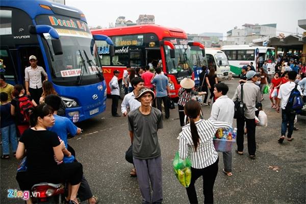 Sáng 30/4, bến xe Giáp Bát (Hà Nội) khá đông đúc do nhiều người chưa thể về quê chiều tối hôm trước. Ông Tuyết (Thái Bình) cho biết đã đến từ 7h sáng nhưng vẫn hết xe. Ông đang đợi chuyến sau.