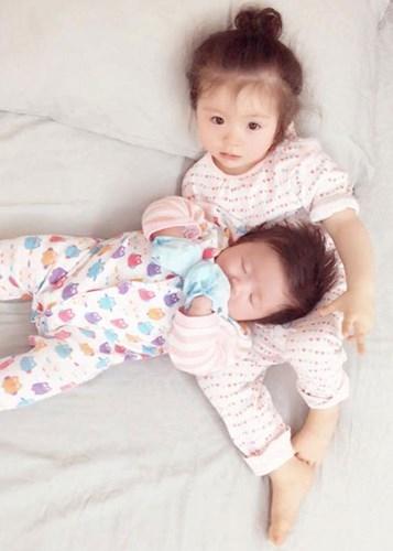 Elly Trần được xem là một trong những mĩ nhân Việt khéo sinh nhất, bởi hai con của cô đều sở hữu vẻ đáng yêu làm ngây ngất lòng người. - Tin sao Viet - Tin tuc sao Viet - Scandal sao Viet - Tin tuc cua Sao - Tin cua Sao