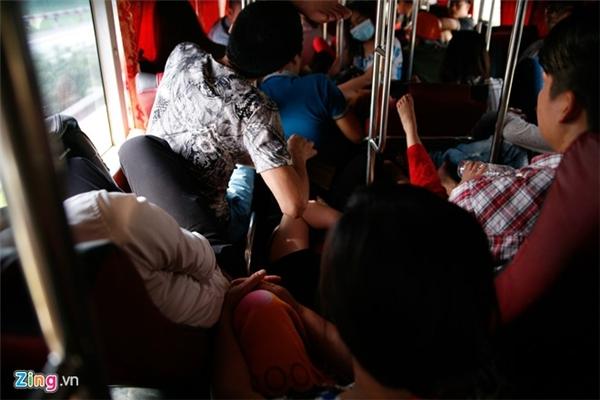 Dù xe đã đông nhưng lượng khách vẫn được nhồi thêm dọc hành trình.