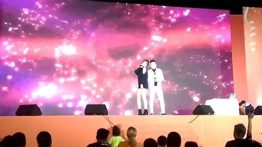 """Fan thích thú xem Trấn Thành - Hari Won song ca """"Hương đêm bay xa"""""""